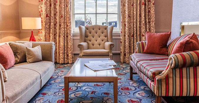 White Lion Hotel: Coastal Hotel in Aldeburgh, Suffolk, comfortable lounge looking out to sea
