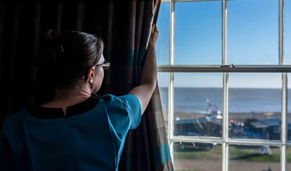 White Lion Hotel: Coastal Hotel in Aldeburgh, Suffolk, Folk drawing curtain, sea view