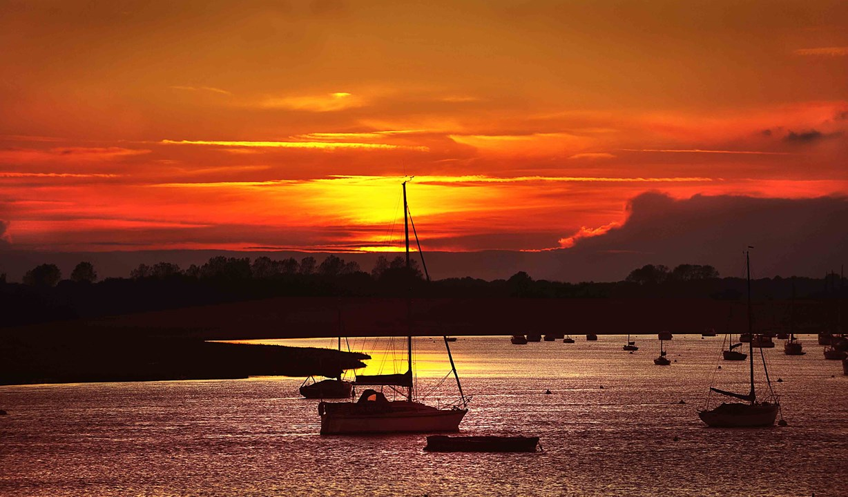 White Lion Hotel: Coastal Hotel in Aldeburgh, Suffolk, sunset over river Alde